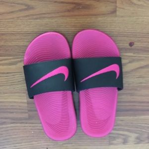 EUC girl size 1 Nike flip flop sandals!